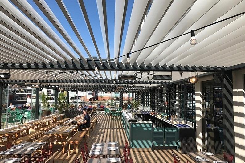 ein weiteres Beispiel für eine Metall-Pergola über einem Restaurant in Schweden